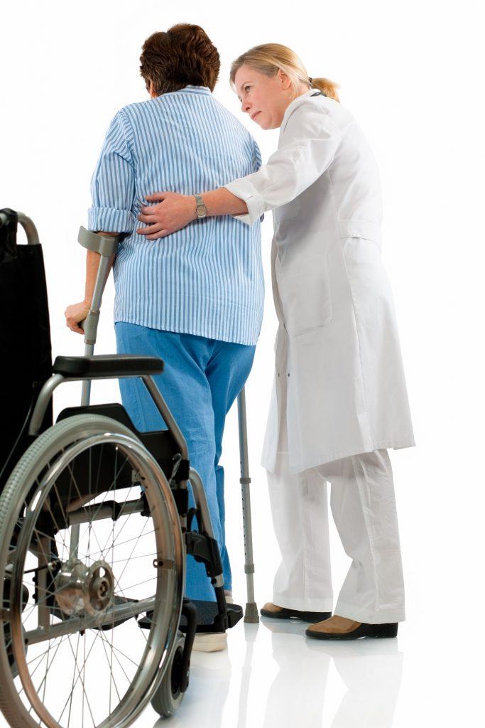 En skadet dame for hjelp av en sykepleier