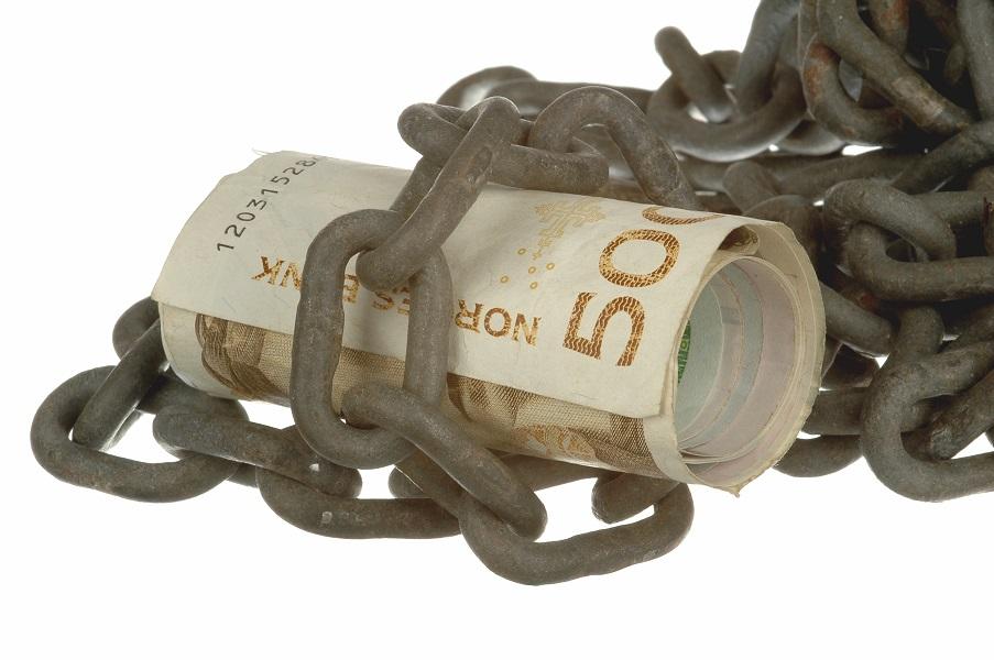 Penger budnet rundt av kjetting