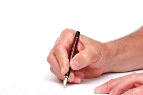 Person som signerer et dokument