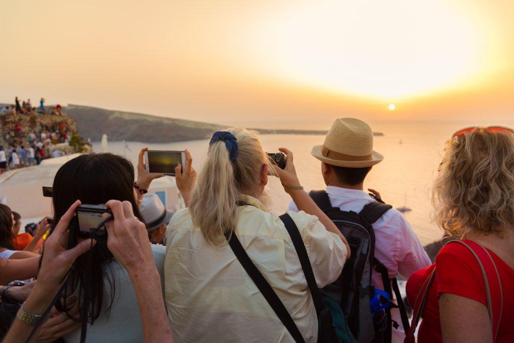 Turister tar bilder av utsikt i Hellas